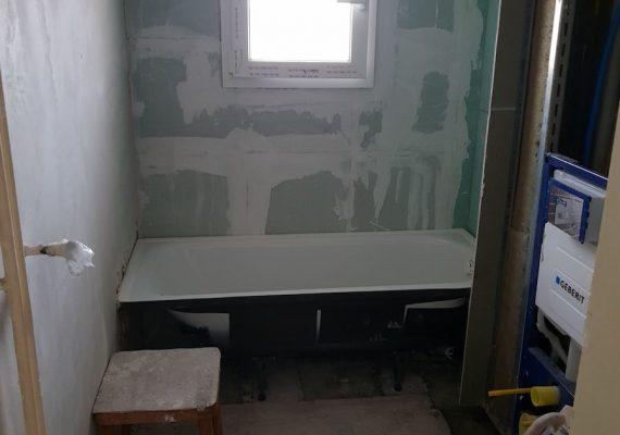 Das alte Badezimmer wirkte dunkel und beengt.