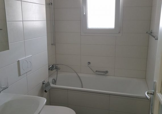 Das neue Bad ist komplett in Weiss gehalten. Das lässt den Raum grösser erscheinen.