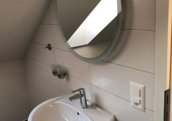 Mit Augenmass: Die sanitären Anlagen sind exakt in die Dachschrägen eingepasst.