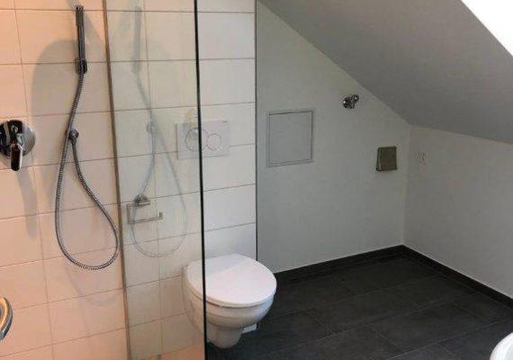 Das grosszügige, moderne Bad bietet ein Plus an Raum und Wohnqualität.