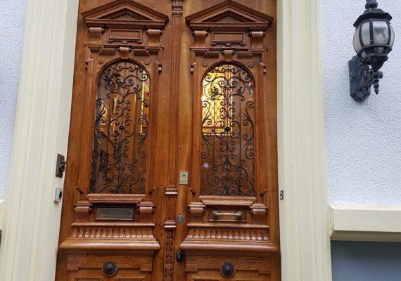 Fügt sich stilvoll ins Gesamtbild: die frisch renovierte Eingangstür