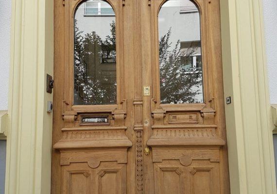 Blass und empfindlich: die Eingangstür vor der Bearbeitung