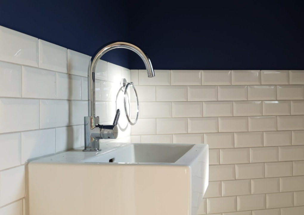 Modernes, helles Badezimmer unter dem Dach